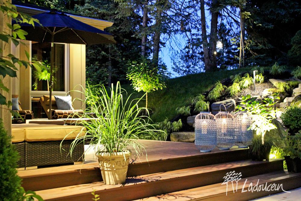 Terrasse et espace détente avec éclairage paysager réalisée par ladouceur
