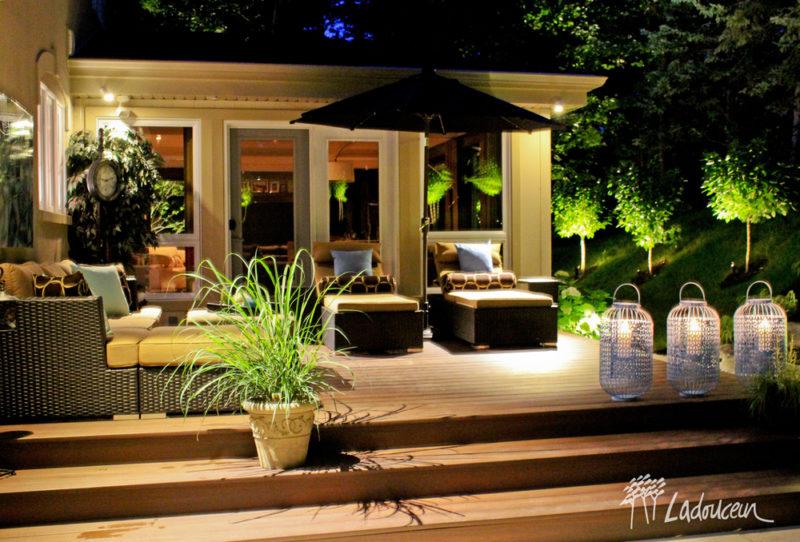 Terrasse en bois et espace détente avec éclairage paysager et végétaux réalisé par ladouceur