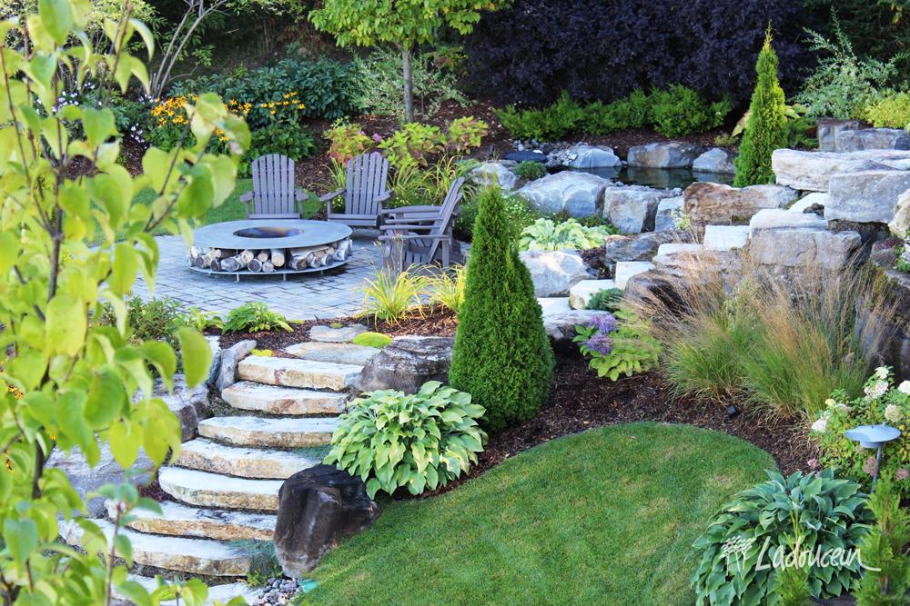 Jardin aquatique, espace détente sur le bord du foyer, architecture de paysage et escalier en pierres naturelles