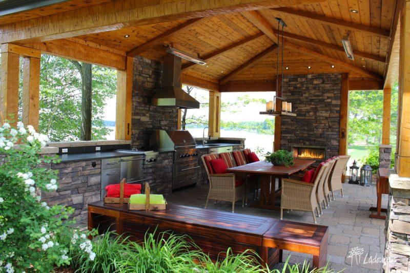 Pavillon cuisine exterieure bbq mobilier de jardin muret de pierre chauffe terrasse foyer macccaonnerie pave innovations paysagees ladouceur