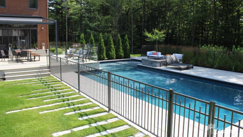 Aménagement paysager de la cour arrière contemporain, piscine creusée moderne, foyer et espace détente lounge Ladouceur
