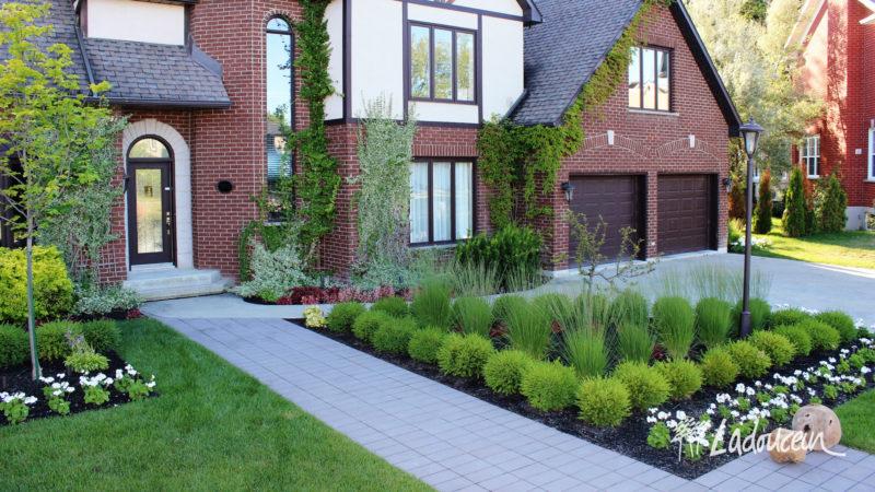 Aménagement paysager de façade de résidence par Ladouceur paysagiste