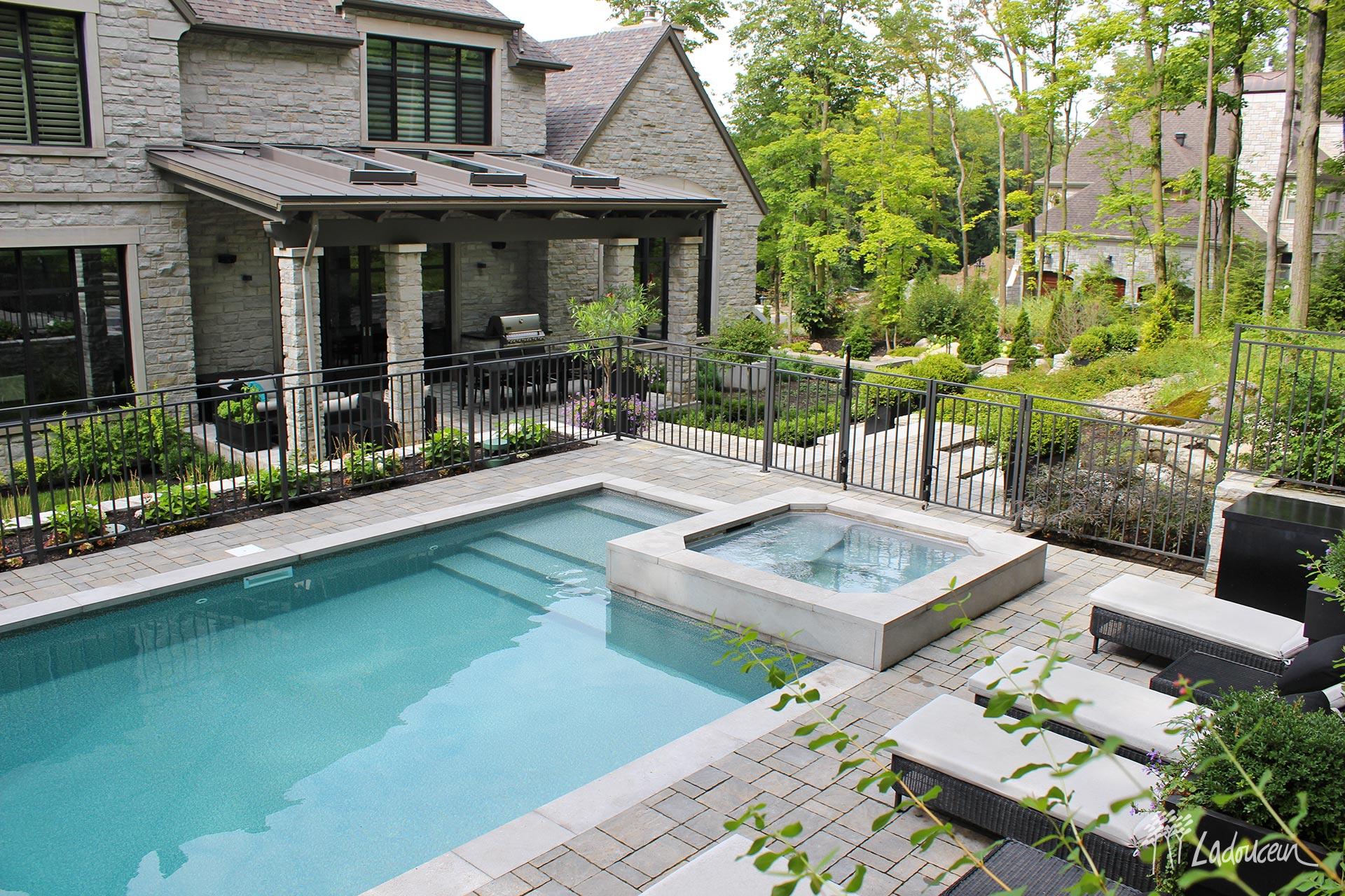 Arrière cour et piscine contemporain ladouceur