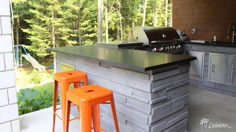 Cuisine extérieure avec muret de pierre bbq et comptoir de granite ladouceur