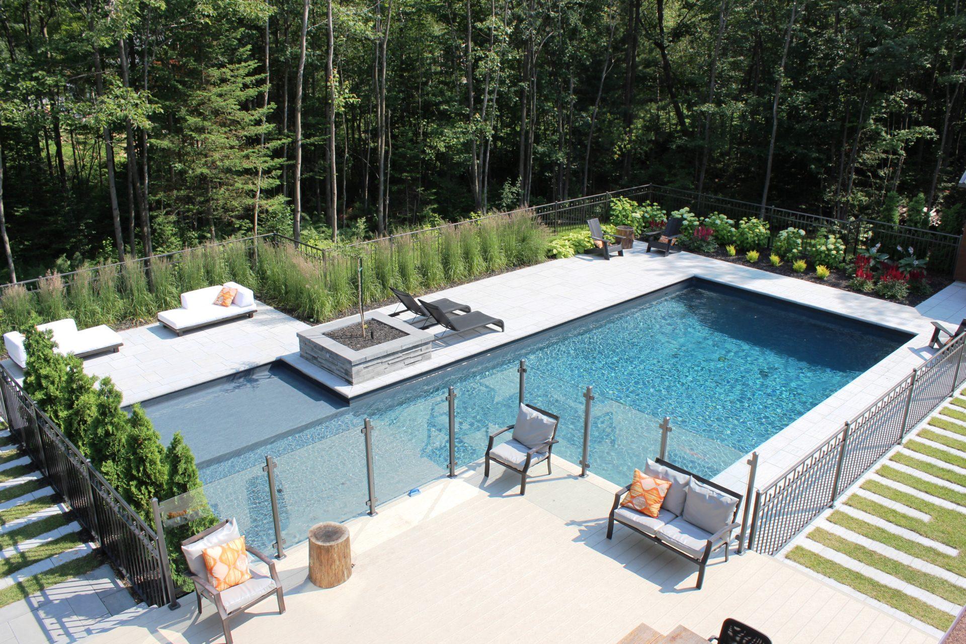 Ce qu 39 il faut savoir avant d 39 implanter une piscine creus e contemporaine innovations paysag es - Amenagement exterieur piscine creusee ...