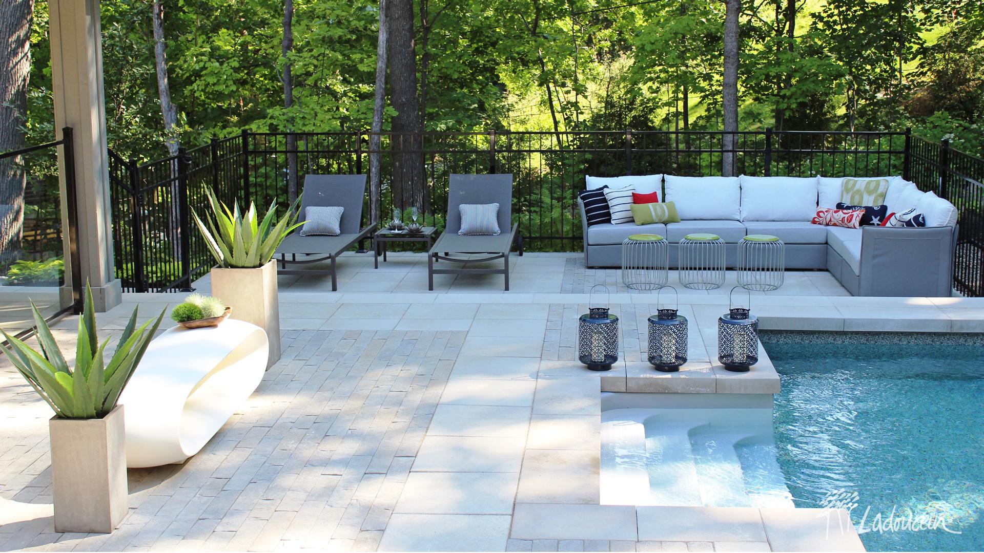 Lounge au bord de la piscine, aménagement, pavé et béton, design extérieur Ladouceur paysagiste