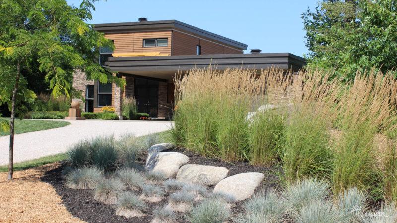 Aménagement paysager de façade contemporain zen peu d'entretien avec pierres naturelles par Ladouceur paysagiste (web)