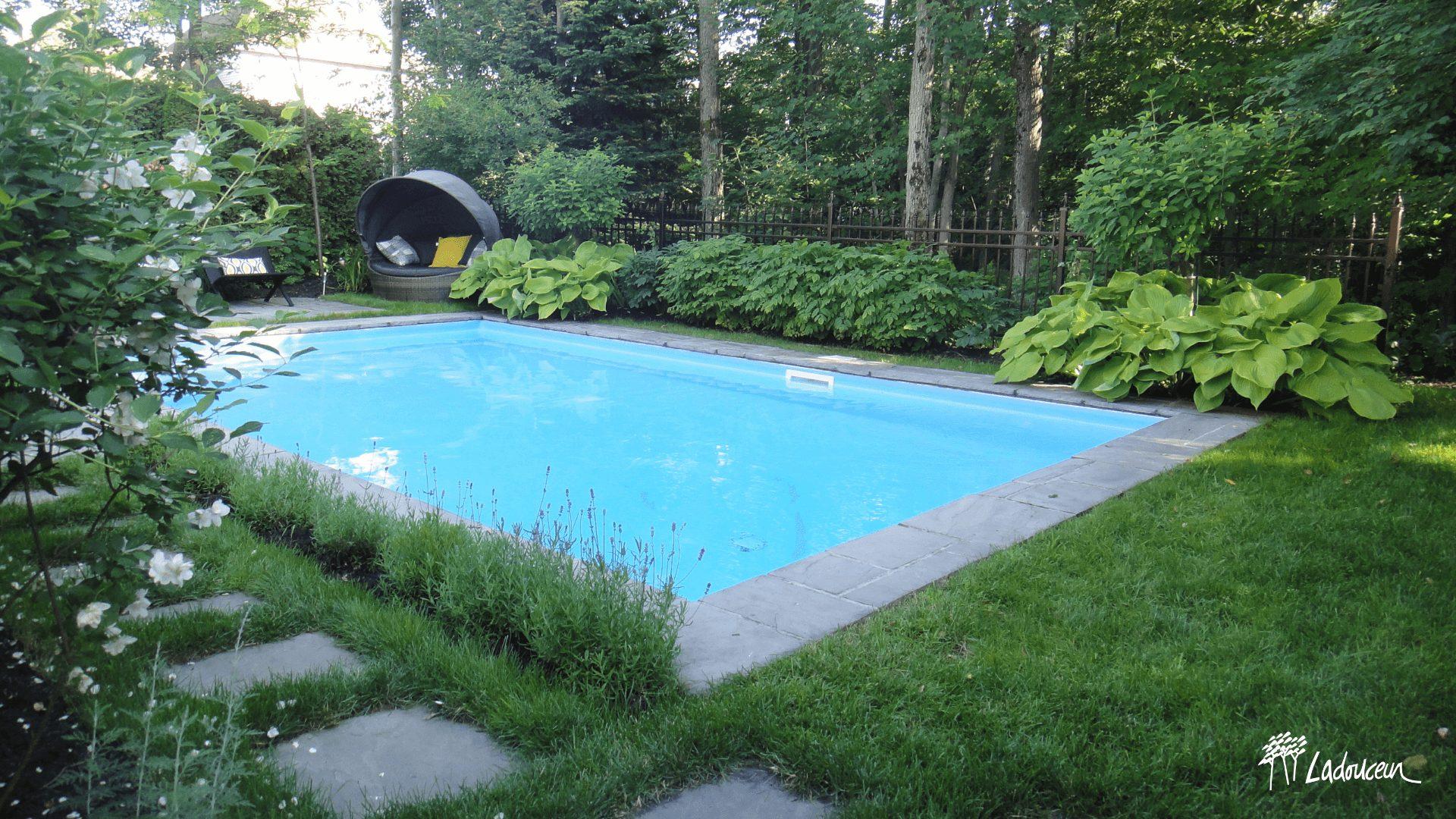 Ladouceur piscines creusées tendances 2021 pourtour végétal