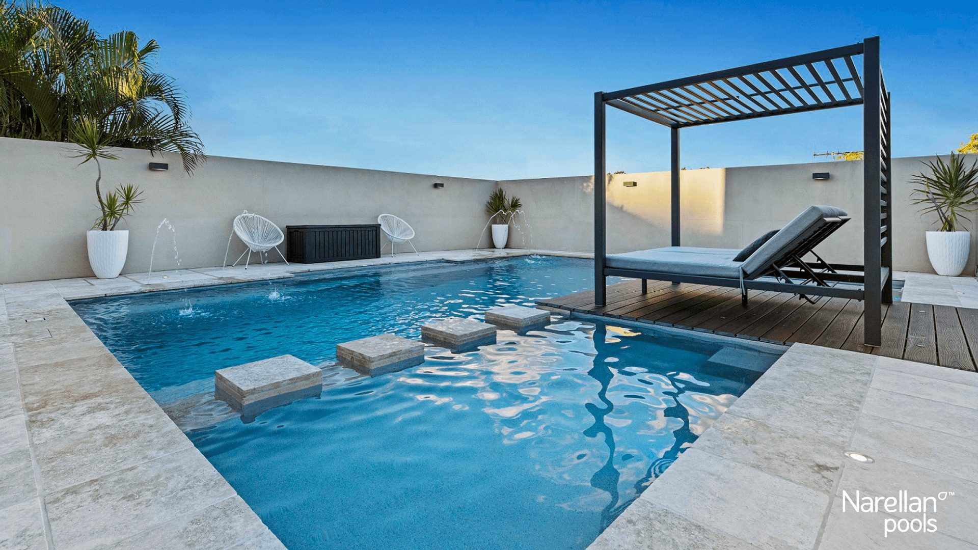 Pataugeoire et spa moderne piscine Narellan Ladouceur paysagiste
